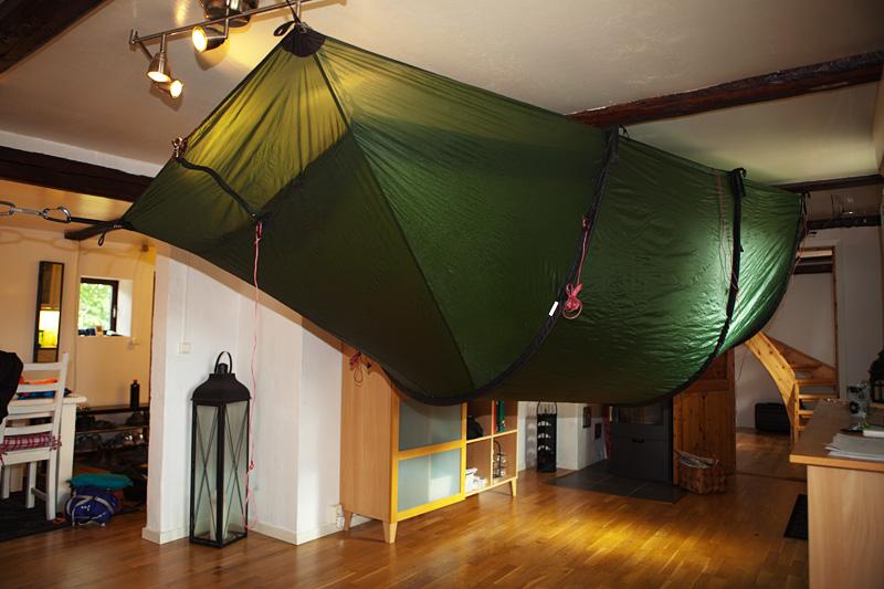 Det är lite märkligt att gå in i tältet upp och ner..